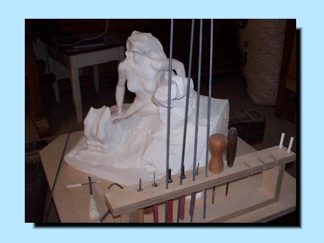 Eine Skulptur wird aus Gips erarbeitet.