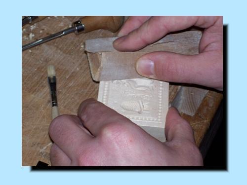Die Oberfläche des Models wird glatt geschliffen.
